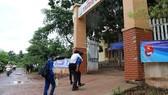 Thí sinh Hồ Văn Thừa được các tình nguyện viên cõng vào điểm thi