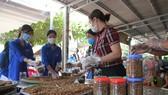 Người dân thị trấn Gio Linh (huyện Gio Linh, tỉnh Quảng Trị) làm hơn 300 hũ muối sả thịt hỗ trợ người dân các tỉnh, thành phía nam.