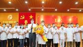 Lãnh đạo tỉnh Quảng Trị tặng hoa đoàn công tác cán bộ y tế vào Bình Dương hỗ trợ phòng chống dịch ở đợt 1 ngày 26-7