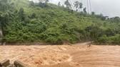 Lãnh đạo huyện Đakrông kiểm tra công tác khắc phục tại điểm sạt lở đất đá và tắc đường tại Km 5+690 tỉnh lộ 588A.
