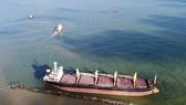 Cận cảnh cứu hộ tàu hàng nước ngoài mắc cạn trên vùng biển Quảng Trị