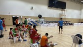 Đội tuyển futsal Việt Nam trong buổi tập tại nhà thi đấu Khorfakkan Hall. Ảnh: ANH TRẦN