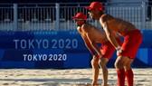 Đội tuyển bóng chuyền bãi biển Tây Ban Nha tập luyện dưới thời tiết nắng nóng tại Tokyo. Ảnh: REUTERS.