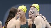 Niềm vui của đội tuyển bơi tiếp sức 4x100m nữ Australia khi đoạt tấm HCV và phá kỷ lục thế giới. Ảnh: AP