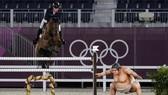 Hình nộm võ sĩ Sumo đựng dưng y như đúc người thật tại trường đua ngựa. Ảnh: AP