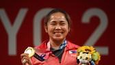 Đô cử Hidilyn Diaz đã trở thành VĐV đầu tiên mang HCV Olympic về cho Philippines. Ảnh: CNN
