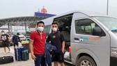 Hồ Thanh Minh chụp hình kỷ niệm với HLV Kiatisak. Ảnh: FBNV