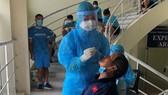 HLV Mai Đức Chung lấy mẫu xét nghiệm PCR vào sáng 12-8. Ảnh: VFF