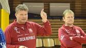 HLV Tomáš Neumann (bên trái) đánh giá cao đội tuyển futsal Việt Nam. Ảnh: LĐBĐ CH Czech