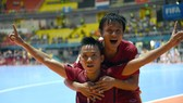 Cựu tuyển thủ Mai Thành Đạt và đội trưởng futsal Việt Nam hiện tại Trần Văn Vũ tham dự World Cup 2016. Ảnh: ANH TRẦN