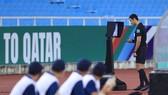 Trọng tài Abdulrahman Al-Jassim không cho đội tuyển Việt Nam được hưởng phạt đền sau khi kiểm tra VAR. ẢNH: VFF