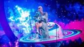 Sau Rihanna, Katy Perry diện thiết kế của Công Trí trong tour diễn thế giới