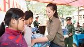 Hoa hậu Tiểu Vy trở lại thăm bà con bản Nịu