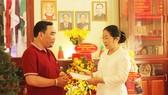 Phó Bí thư Thành ủy TPHCM Võ Thị Dung thăm hỏi gia đình cố Linh mục Nguyễn Công Danh. Ảnh: MAI HOA