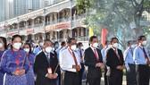 Dâng hương Chủ tịch Hồ Chí Minh trước phiên khai mạc Đại hội Đảng bộ Khối Dân - Chính - Đảng