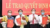 Phó Bí Thư Thường trực Thành ủy TPHCM Trần Lưu Quang trao quyết định cán bộ. Ảnh: VIỆT DŨNG