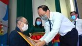 Phó Bí thư Thành ủy TPHCM Nguyễn Hồ Hải trao Huy hiệu 60 năm tuổi Đảng cho đồng chí Phạm Văn Sáu. Ảnh: VIỆT DŨNG