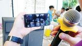 Chỉ cần dàn loa, micro kết nối phần mềm karaoke trên điện thoại di động là đủ hành hạ làng xóm. Ảnh: DŨNG PHƯƠNG