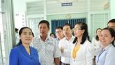 Chủ tịch HĐND TPHCM Nguyễn Thị Lệ  kiểm tra công tác bầu cử tại huyện Bình Chánh. Ảnh: VIỆT DŨNG
