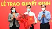 Phó Bí thư Thường trực Thành ủy TPHCM Phan Văn Mãi và Phó Chủ tịch UBNDTPHCM Phan Thị Thắng trao quyết định và chúc mừng đồng chí Vũ Anh Khoa. Ảnh: VIỆT DŨNG