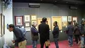 Giới sưu tập và người yêu nghệ thuật xem trưng bày tác phẩm trước phiên đấu giá số 9