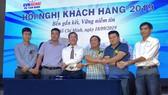 Công ty Điện lực Tân Bình và đại diện khách hàng ký kết tham gia chương trình DR