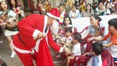 Đón Giáng sinh cùng cháu mồ côi, tàn tật