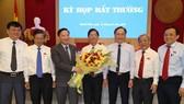 Ông Nguyễn Tấn Tuân (giữa) được bầu làm Chủ tịch UBND tỉnh Khánh Hòa