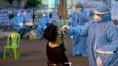 Ngành y tế lấy mẫu xét nghiệm Covid-19 người dân ở Nha Trang. Ảnh: QUỲNH ANH