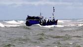 Tàu cá  ngư dân đánh bắt gặp nạn giữa biển (ảnh minh họa)