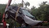 Lực lượng chức năng phải huy động xe cứu hộ cẩu chiếc ô tô 4 chỗ về trụ sở