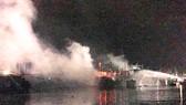Cháy lúc nửa đêm, 3 tàu cá đang neo đậu tại cảng Tam Quan bị thiêu rụi