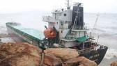 VIDEO: Tàu nước ngoài nghi chở dầu bị bão đánh vào mỏm đá, dầu lênh láng khắp vùng biển