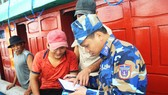 Cận cảnh tàu Cảnh sát biển cứu tàu cá cùng 7 ngư dân bị nạn vào bờ