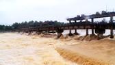 Giúp dân dọn lũ, 1 dân quân cơ động xã bị nước lớn cuốn tử vong