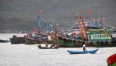 Nhiều tàu cá tại Bình Định tuy nằm bờ nhưng vẫn gửi máy HF (máy thông tin liên lạc tầm xa kết hợp với định vị) ra biển để làm hồ sơ hoàn thành chuyến biển rồi nhận tiền hỗ trợ. Ảnh: NGỌC OAI