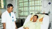 Bác sĩ BVĐK tỉnh Bình Định đang chăm sóc, theo dõi cho BN Lê Đình T.