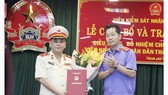 Ông Đỗ Mạnh Bổng (trái) nhận quyết định điều động, bổ nhiệm chức vụ Viện trưởng Viện Kiểm sát Nhân dân TPHCM. Ảnh: MAI HOA