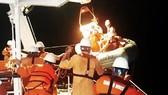Cận cảnh tàu SAR 412 vượt sóng dữ cứu 40 thuyền viên gặp nạn