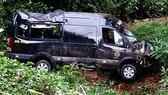 Limousine chở 8 hành khách lao xuống vực