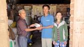 Trao 55 triệu đồng giúp 2 hoàn cảnh khó khăn ở Bình Định