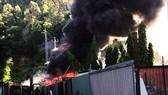 Dập tắt đám cháy ở kho chứa dã chiến