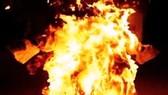 Giữa khuya, con trai tưới xăng đốt chết cha ruột