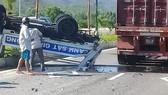 Xe ô tô CSGT bị xe đầu kéo tông văng lên dải phân cách