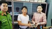 Đại diện Công an xã Nhơn Khánh cùng anh Cường (áo trắng) trả lại tài sản cho chị Min