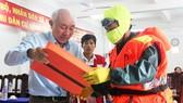 Tặng 500 bộ áo phao, phao cứu sinh cho ngư dân Phú Yên