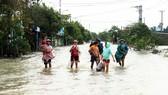 Người dân cố đô Huế lại bì bõm lội lụt sau 2 ngày mưa tầm tã