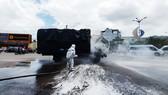 Xe tải chở dầu điều bất ngờ bốc cháy trên quốc lộ 1A