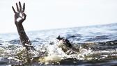 Trượt chân xuống suối sau nhà, 3 cháu bé đuối nước thương tâm