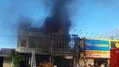 Cháy tòa nhà 3 tầng, 4 người trong ngôi nhà chạy thoát